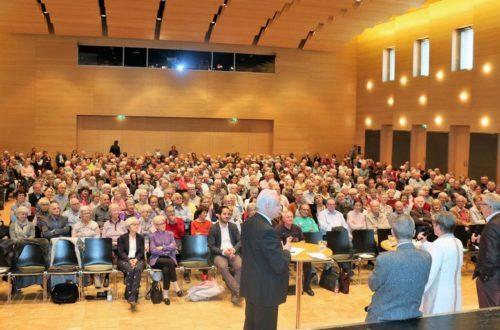 Voller Stadtsaal am Vormittag: Wohnen im Alter interessiert