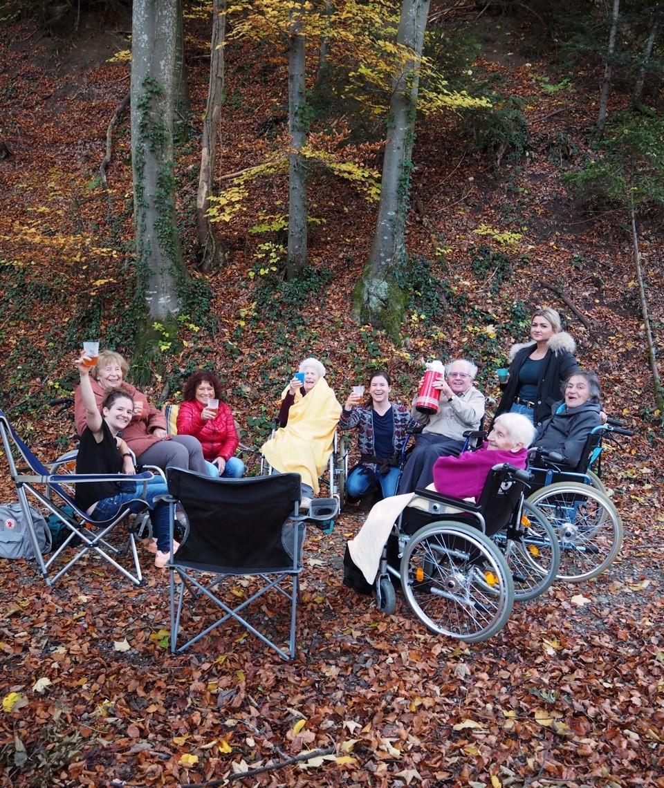 Studentinnen aktivieren Seniorinnen und Senioren in Tobler Alterszentrum
