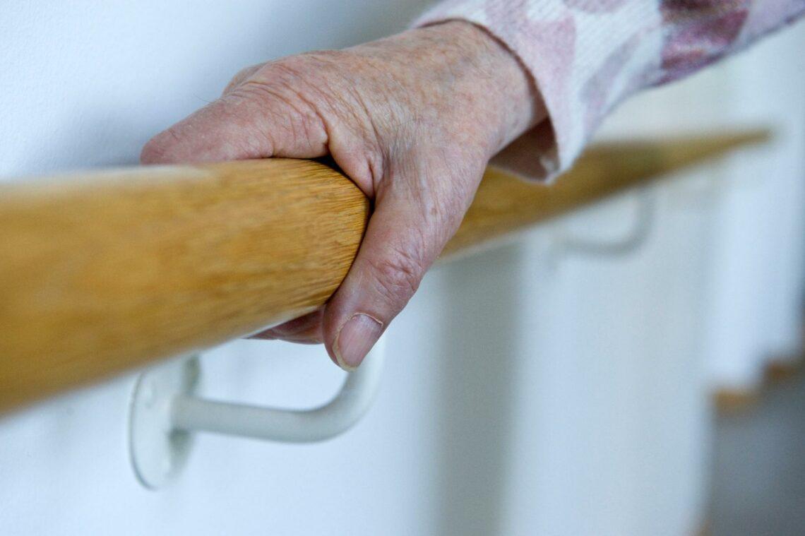 Die Pflege im Alter ist in der Schweiz teuer – vor allem, wenn man in einem Heim lebt. So gelingt die Vorsorge