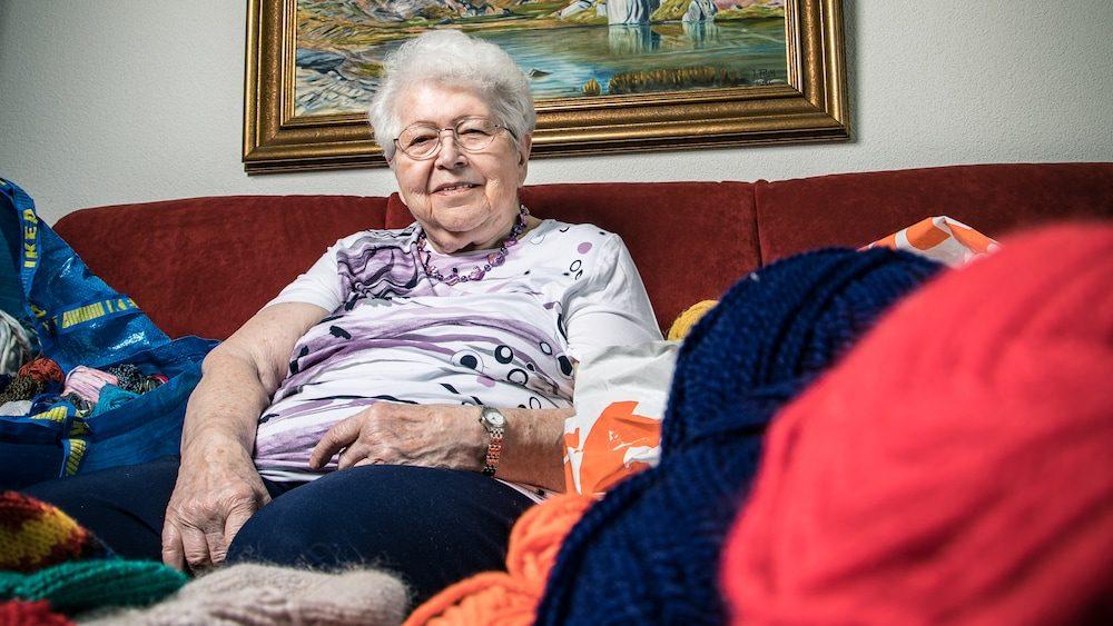 Strickendes Grosi Trudi Lauber (86) erobert alle Herzen