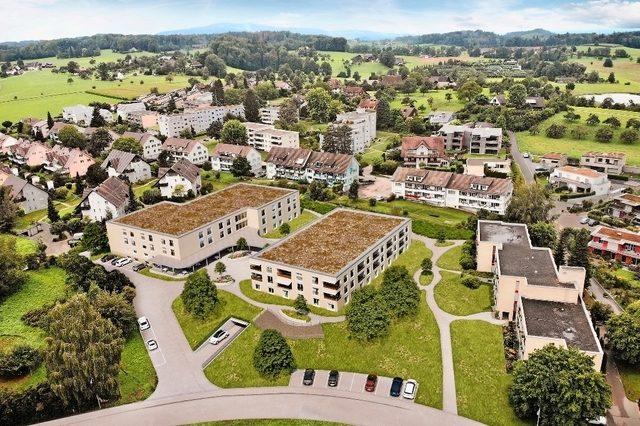 Das neue Alterszentrum besteht aus zwei Gebäuden. Links, auf dem Pflegetrakt, ist eine Fotovoltaikanlage geplant.