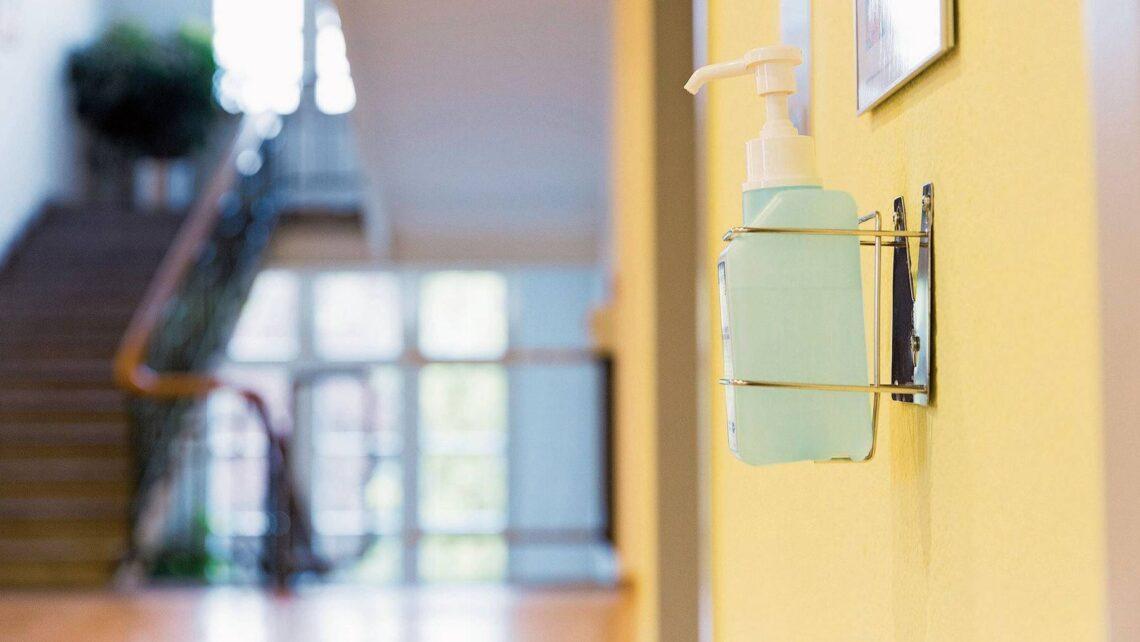 Damit sich das Corona-Virus nicht verbreitet, setzen die Altersheime unter anderem auf Desinfektionsmittel, das auch Besucher verwenden müssen.