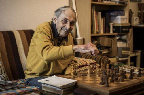 Ernst Borer wohnt im Alterszentrum Weiherweg in Basel, ist 91 Jahre alt und bleibt trotz Coronavirus gelassen. Foto: Kostas Maros
