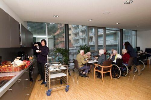 In den Altersheimen müssen die Bewohner ab sofort auch beim Essen einen Sicherheitsabstand einhalten.