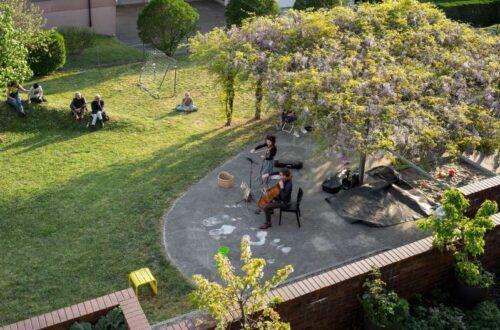 Anne Battegay (Violine) und François Robin (Violoncello) erfreuen die Bewohnerschaft der Siedlung Riedhof in Höngg mit einem Innenhofkonzert. Christoph Ruckstuhl / NZZ