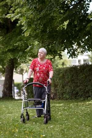 Es gebe nichts Schöneres, als Menschen zu beobachten, sagt Altersheimbewohnerin Helena Suter. Karin Hofer / NZZ