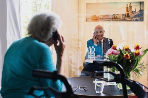 Das Personal in Spitälern und Heimen braucht mehr als Lippenbekenntnisse: Bundesrat Alain Berset telefoniert in einer Besucherbox mit einer Bewohnerin in einem Zürcher Altersheim.