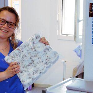 Andrea Maurer, Fachfrau Gesundheit im Alterszentrum Kastels, zeigt die von der Medifilm AG angelieferte Medikamentenpackung.