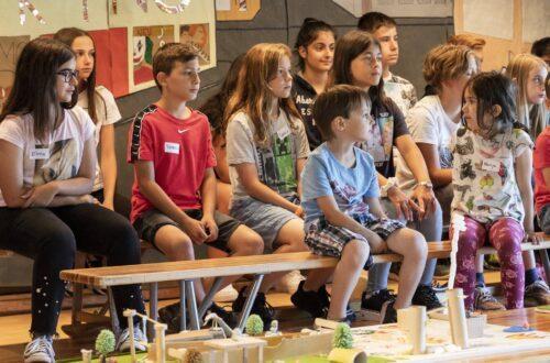 Die Kinder des Hofi-Parlaments trafen sich vier Mal mit Bewohnenden des Alterszentrums Sandbühl.