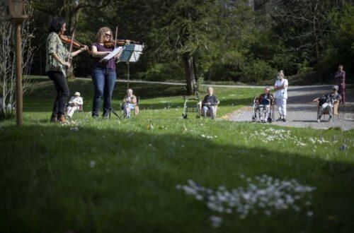 Ilaria Sieber-Pedrotti (links) und Oriana Kriszten, Violinistinnen des Sinfonieorchester St. Gallen, bei einem Gratiskonzert mit Sicherheitsabstand in der St. Galler Altersresidenz Singenberg. Gian Ehrenzeller / Keystone