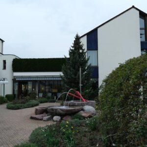 Seit Monaten ist es den Bewohnern von einigen Altersheimen fast unmöglich, das Heim von aussen zu betrachten. Hier als Beispielbild das Alterszentrum Im Morgen in Weiningen.