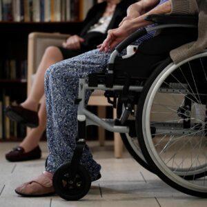 Nachdem herausgekommen ist, dass mehr Corona-Opfer im Alters- oder Pflegeheim sterben als im Spital, fordern viele Poltiker mehr Schutzmassnahmen seitens der Alters- und Pflegeheime.