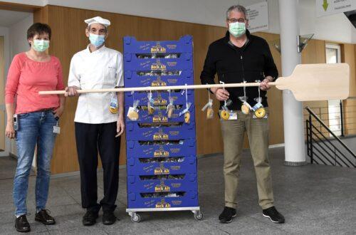 Bäcker Ruedi Alt (Mitte) übergab die süsse Überraschung an Spital-Direktor René Huber und Pflegedienstleiterin Ursula Huber.